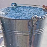 Blecheimer mit Wassertropfen